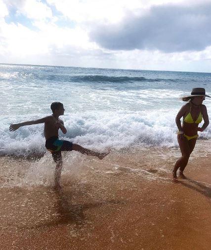 Məşhur müğənni oğulları ilə Havay adalarında - FOTO