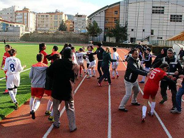 Türkiyədə qadın futbolçular arasında kütləvi dava - VİDEO - FOTO