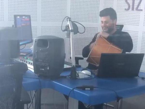Zaur Kamal nağara ifa edərkən - VİDEO