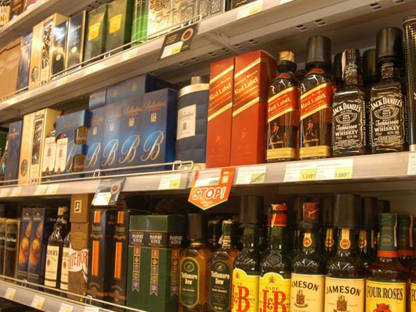 """Cəmi bir viski oğurladı - <span class=""""color_red"""">Qiyməti 680 manat</span>"""