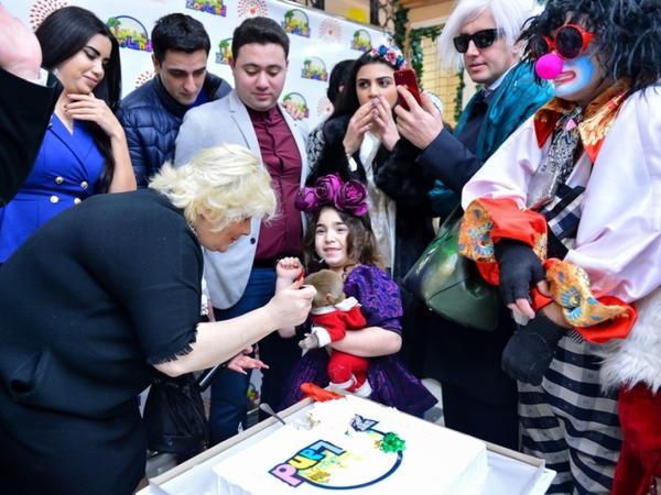 Samiraldo ilə tropik quşunun qışqırığı, meymunun çəngəllə tort yeməsi... – FOTO