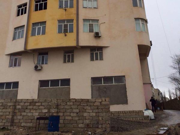 Bakıda 16 mərtəbəli yeni binada çatlar yarandı - FOTO