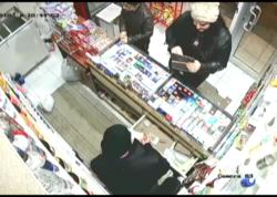 Mağazaya girərək satıcını aldadıb pulunu mənimsədi - VİDEO
