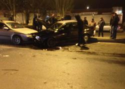 Bakıda ruhi xəstə maşın qaçıraraq qəza törətdi: 2 nəfər yaralandı - VİDEO - FOTO