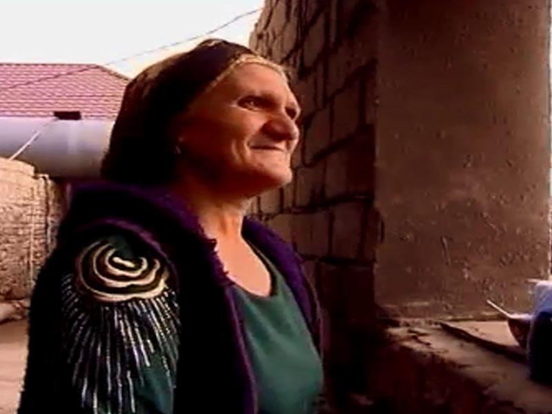 Yol kənarında çörək satan qadın məşhur müğənninin bacısıdır - FOTOLAR