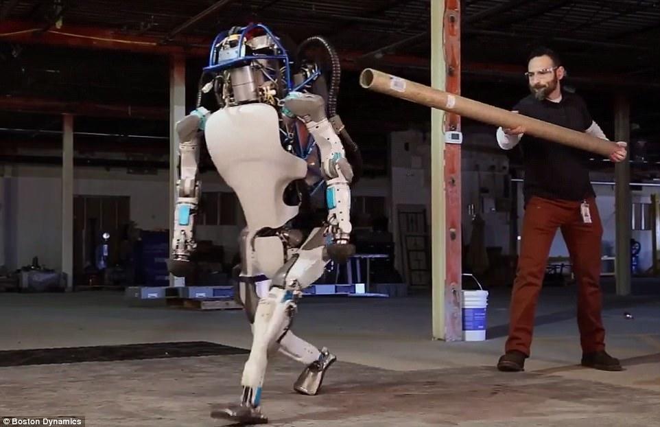 Dünyada ilk dəfə: robot qapını açıb qaçdı - VİDEO - FOTO
