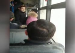 """Bakıda avtobus qapısı açıq vəziyyətdə <span class=""""color_red"""">sərnişin daşıyır -VİDEO</span>"""