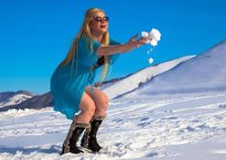 Azərbaycanlı aktrisa qarlı havada soyundu - FOTO