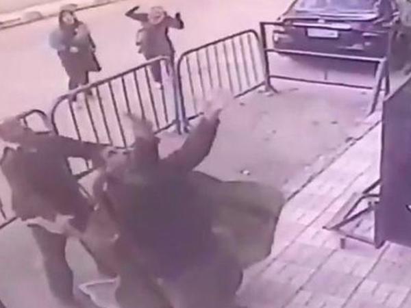 Misir polisi eyvandan yıxılan uşağı xilas edib - VİDEO