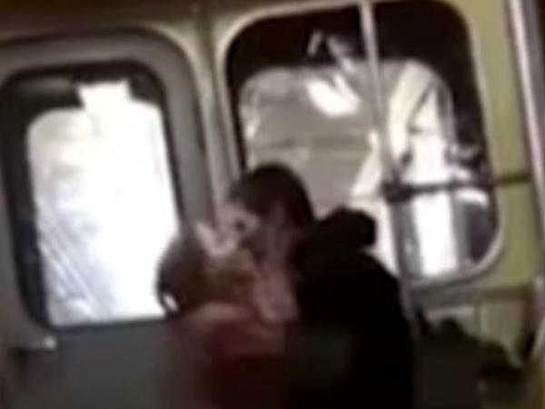 Metroda ehtirasını cilovlaya bilməyən cütlük biabır oldu - FOTO