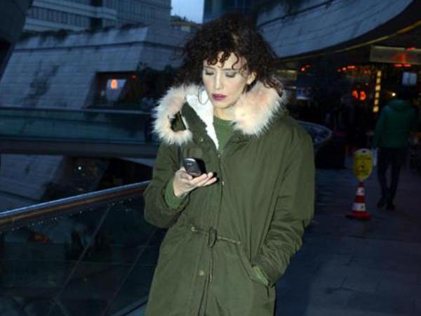 Məşhur aktrisa 90-cı illərdən qalmış telefonu ilə - FOTO