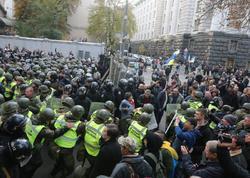 Kiyevdə polislə etirazçılar arasında toqquşma