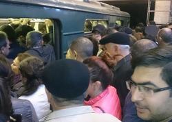 """Bakı metrosunda hərəkət İFLİC OLDU - <span class=""""color_red"""">Sərnişinlər qatarda gözlədilər - FOTO</span>"""