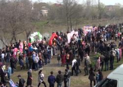 Yüzlərlə insan çay qırağında - Azərbaycanda - VİDEO