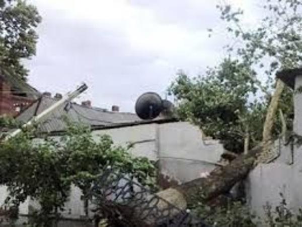 Güclü külək evlərin damını uçurub - YENİLƏNİB