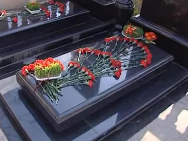 Novruz ənənələri: Qəbir üstündə Novruz xonçası - VİDEO