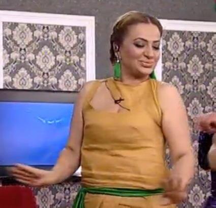 Azərbaycanlı aparıcı alt paltarsız efirə çıxdı - Geyimi onu pis vəziyyətdə qoydu - FOTO