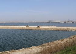 Bakıda gölün ortasından yol çəkilir - FOTO