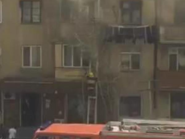 Bakıda yaşayış binasında yanğın söndürülüb, 3 uşaq xilas edilib - YENİLƏNİB - FOTO