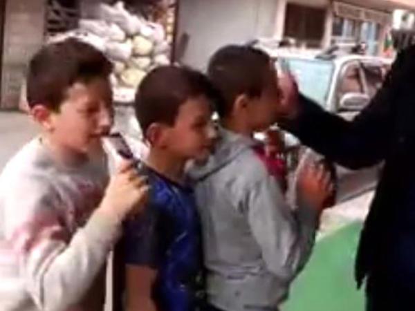 Uşaqlara sillə vurmaq qarşılığında dondurma verən market sahibinin VİDEOsu yayıldı - FOTO
