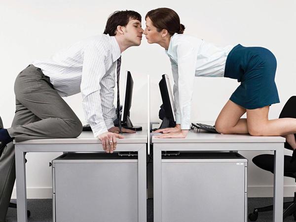 İş yoldaşınıza aşiq olmusuz?