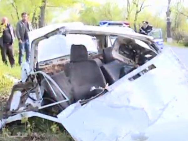 Avtomobil ağaca çırpıldı: sürücü möcüzə nəticəsində sağ qaldı - VİDEO - FOTO