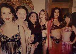 Azərbaycanlı aparıcının illər öncə yarıçılpaq qızlarla görüntüsü üzə çıxdı - FOTO