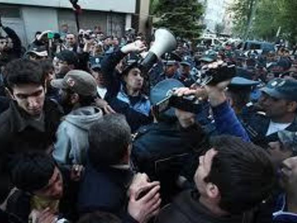 Ermənistan müxalifətinin lideri etirazların bazar günü davam edəcəyini bildirib