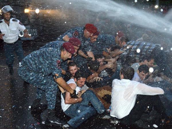 Erməni polisi etirazçılara güc tətbiq edib, xəsarət alanlar var - YENİLƏNİB