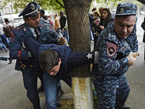 """Yerevanda etiraz aksiyaları zamanı <span class=""""color_red"""">277 nəfər saxlanılıb</span>"""