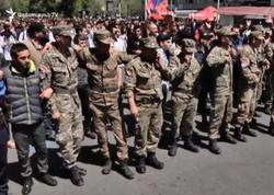 """Hərbçilər də Sarqsyana qarşı çıxdılar - <span class=""""color_red""""> İrəvan """"qaynayır"""" - FOTO</span>"""