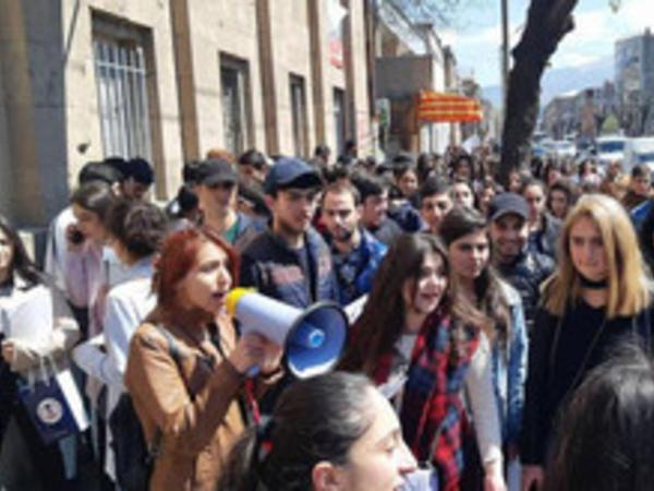 Yerevanda 40-dan çox nümayişçi saxlanılıb