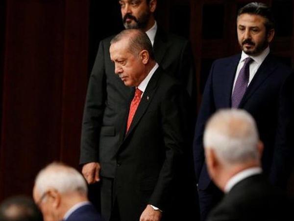 Ərdoğan deputatlara görə parlamenti tərk etdi - VİDEO