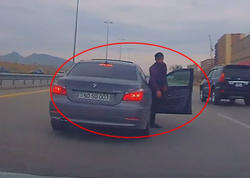 """Bakının qoçu sürücüsü - Həm qayda pozur, həm də """"trasda"""" təpik atır - VİDEO"""