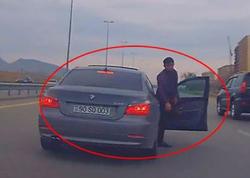 Bakıda qayda pozan sürücü yolda təpik atdı - VİDEO