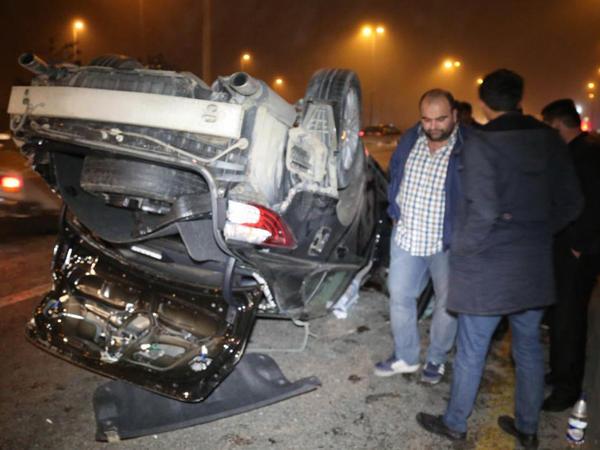 Bakıda minik avtomobili aşıb, iki nəfər xəsarət alıb - FOTO