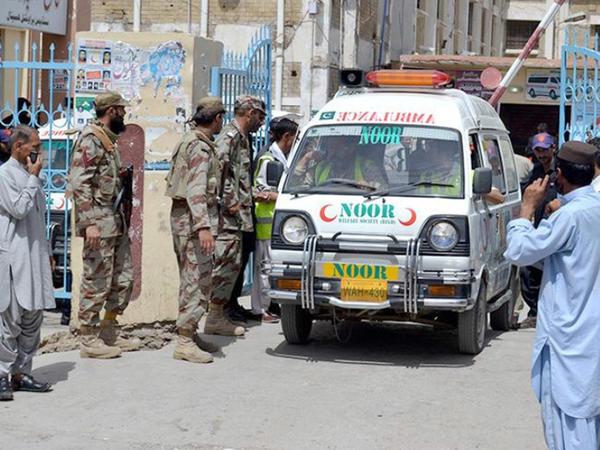"""Pakistanda hərbi yük maşını aşıb, <span class=""""color_red"""">4 nəfər ölüb, 51-i yaralanıb</span>"""