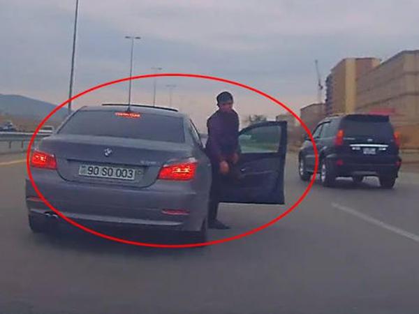 Bakıda qayda pozaraq başqasının avtomobilini təpikləyən sürücü tutuldu - VİDEO