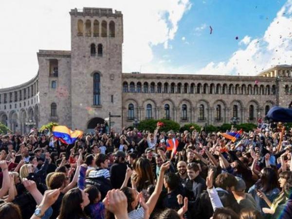 """Özünü """"lider"""" adlandıran baş nazir: istefa verdi və xalq sevindi"""