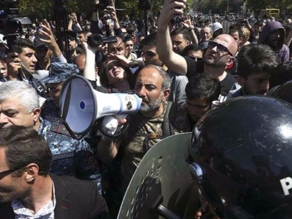 İrəvan barıt çəlləyini xatırladır - Xalq ayağa qalxıb - VİDEO