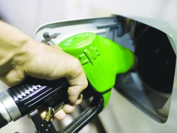 Avtomobilə qarışıq benzin tökən sürücülər ehtiyatlı olun! - VİDEO