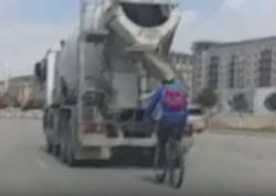 Bakıda velosipedçidən təhlükəli hərəkət - ANBAAN GÖRÜNTÜLƏR - VİDEO