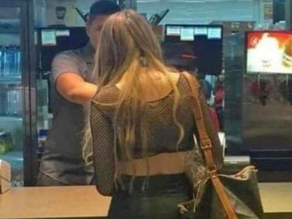 Restorana biabırçı geyimdə gələn qızı kameraya çəkdilər - FOTO