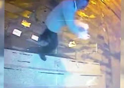 Bankomata əsəbləşən kişi benzin töküb, yandırdı - VİDEO - FOTO
