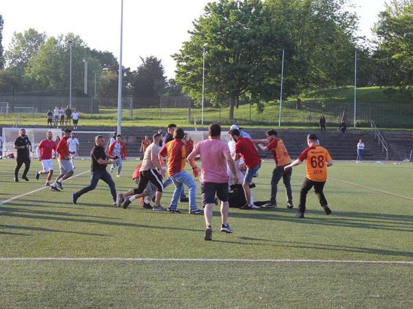 """Futbolçular və azarkeşlər oyundan sonra hakimi döyüblər - <span class=""""color_red"""">VİDEO</span>"""