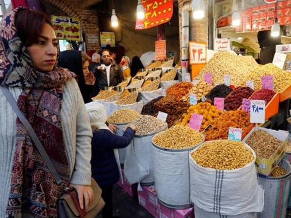 İranda mağazaya girənlərin dodaqları uçuqlayır