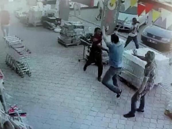 Türkiyədə parkinq üstündə baltalı dava: 2 ölü, 7 yaralı - VİDEO