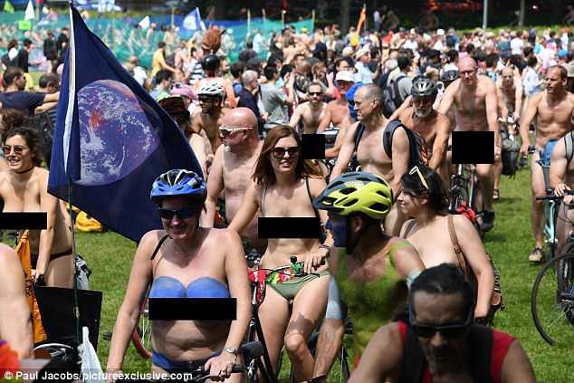 550 nəfər soyundular, küçələrdə velosiped sürdülər - FOTO
