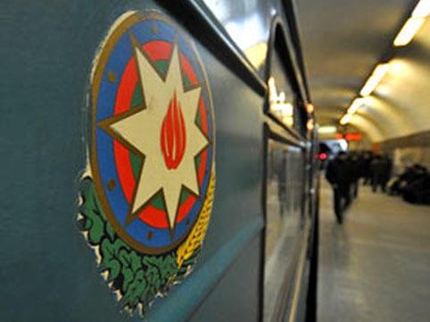 Metroda qapıları tutan 20 sərnişin cərimələndi - VİDEO