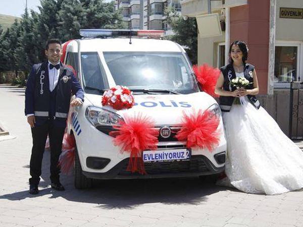 Polis avtomobilini gəlin maşını etdilər - FOTO